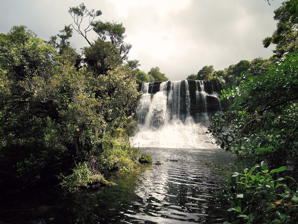 Lake-Waikaremoana-Neuseeland-waterfall